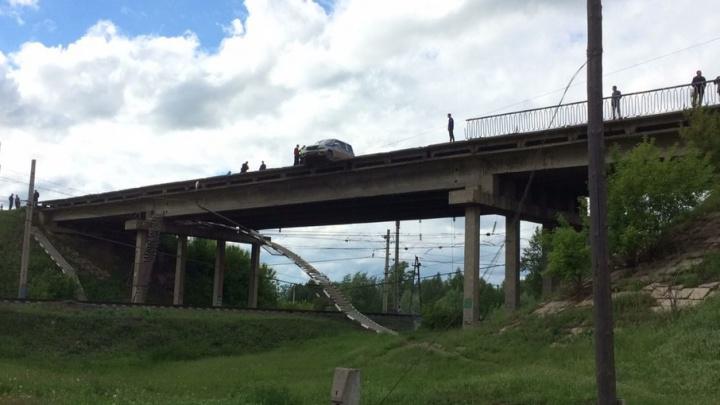 В Башкирии автомобиль полиции пробил ограждение и повис на мосту