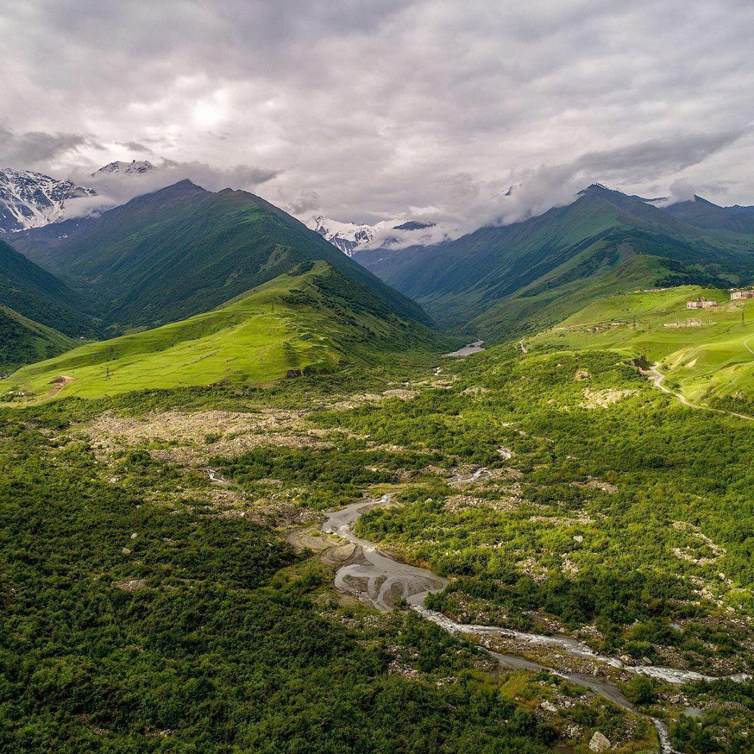 Через ущелье по леднику Майли проходит популярный альпинистский маршрут на гору Казбек— потенциально активный вулкан
