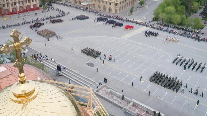 «Водители крадутся, а пешеходы вальяжно гуляют»: у главной площади Волгограда «отрезали» три полосы