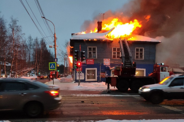 """Здание <nobr class=""""_"""">№&nbsp;34</nobr> на улице Гагарина считалось расселённым, однако пожарным пришлось эвакуировать из него одного человека"""
