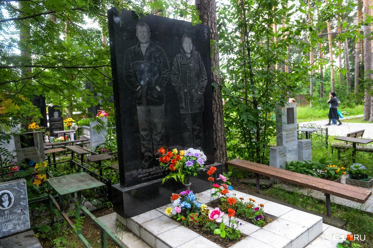 Дмитрия Безгинова и Михаила Селеверстова, по слухам, убили свои же. Якобы они украли деньги из общака. Их обманом заманили на встречу, убили, а затем выбросили тела в котлован строящегося Сибирского тракта