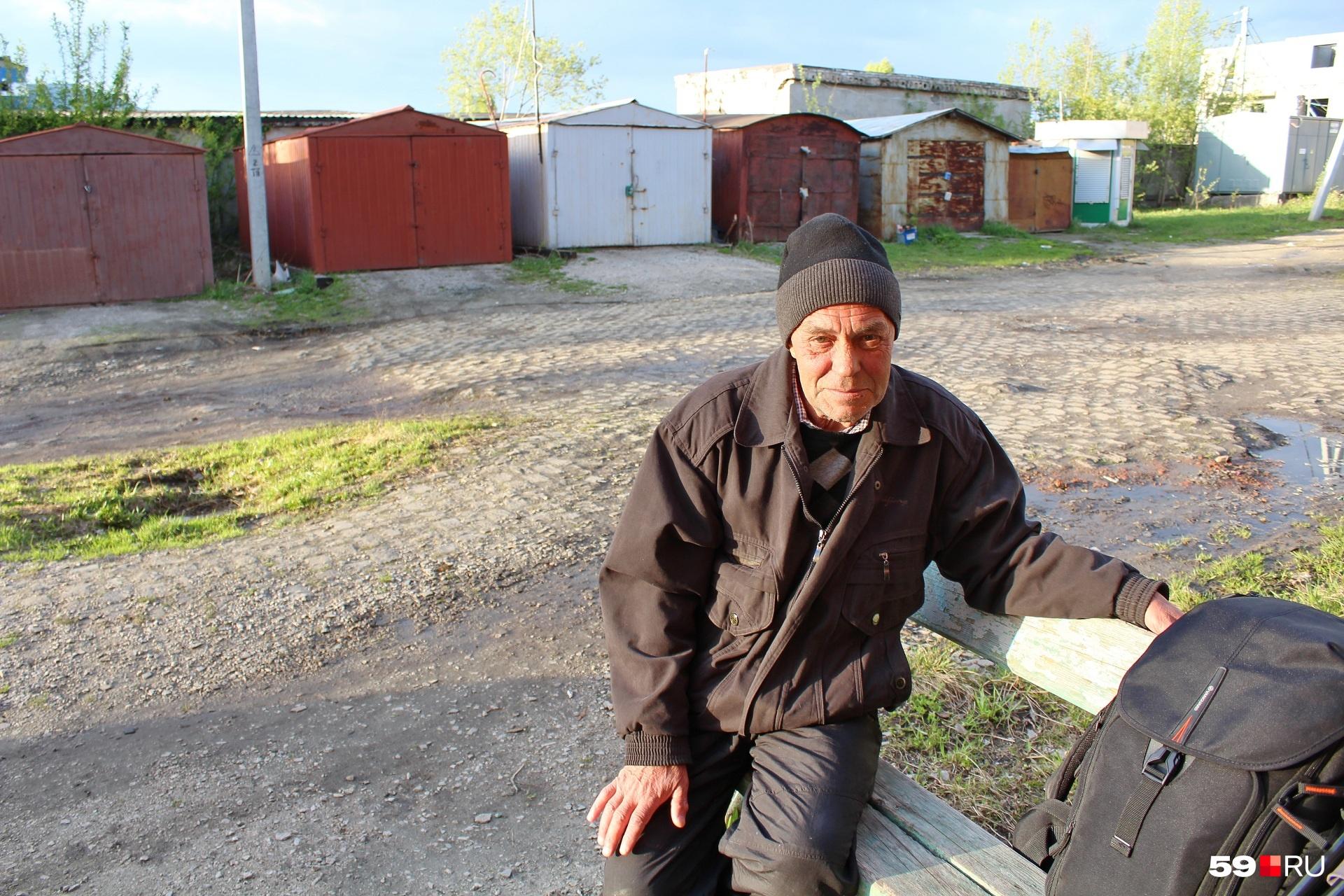 Это Афанасий. Ему 64 года. Родом из Сивы
