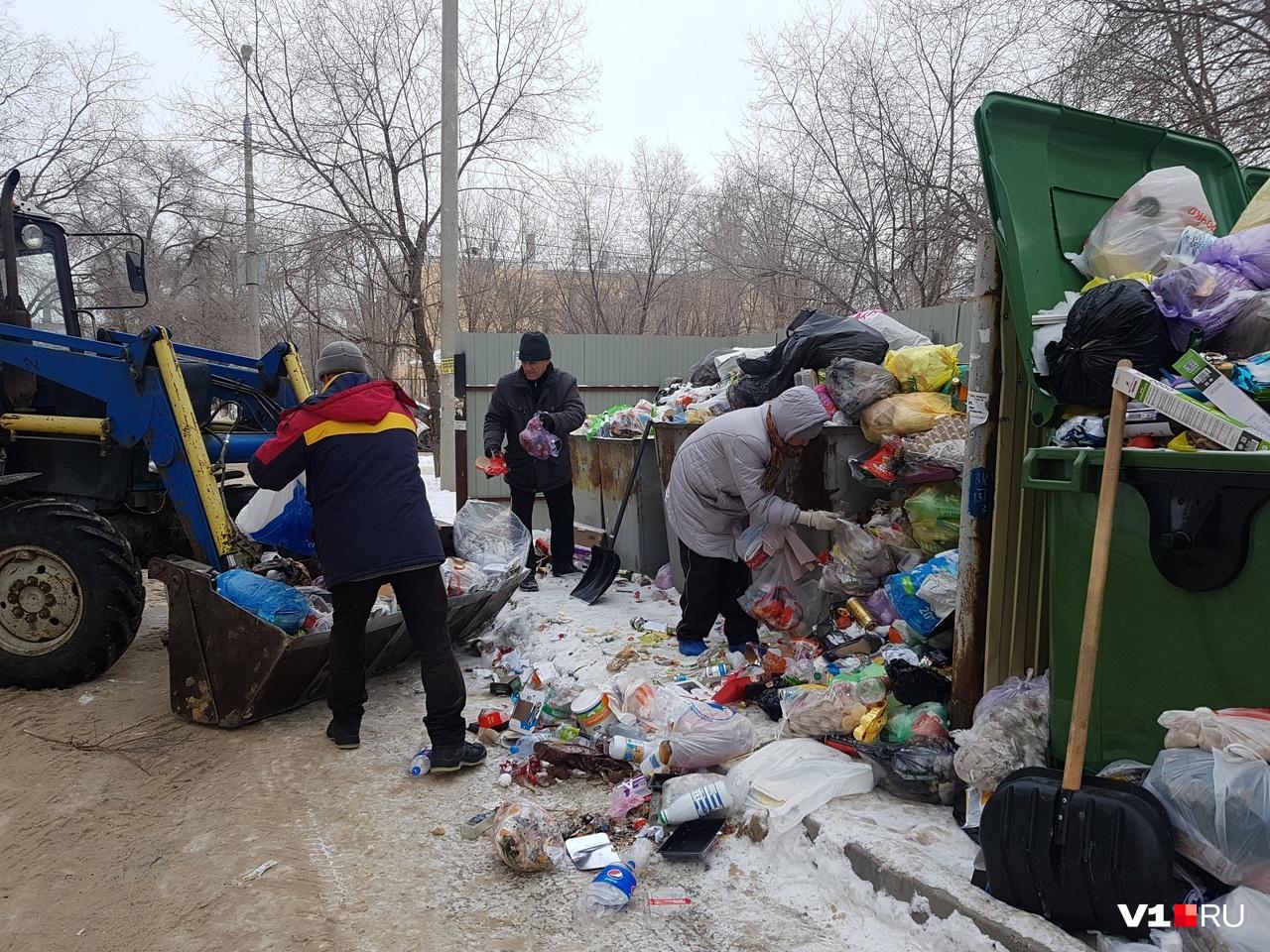 Приезжающим мусорщикам горожане радуются как родным людям