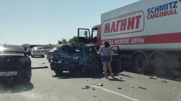 Фура «Магнита» врезалась в легковушку: на объездной дороге большегруз снёс Mitsubishi с ребенком