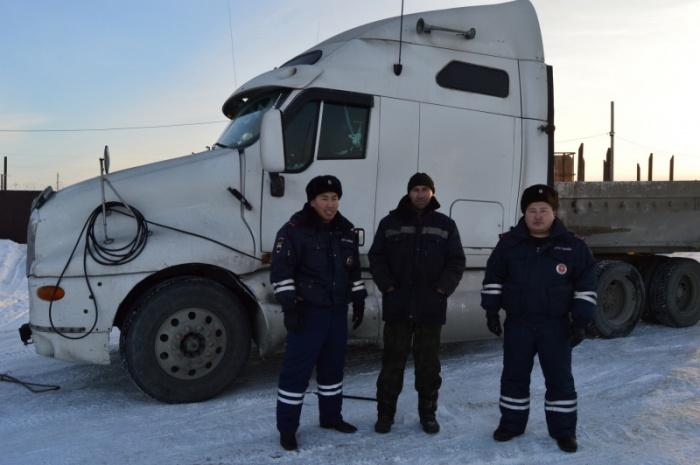 Инспекторы ДПС привезли новосибирцу оборудование для ремонта двигателя и отбуксировали фуру в тёплое место