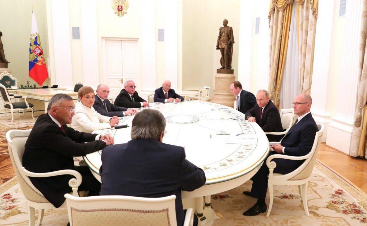 Путин собрал бывших губернаторов за одним столом. Дубровского посадили напротив президента