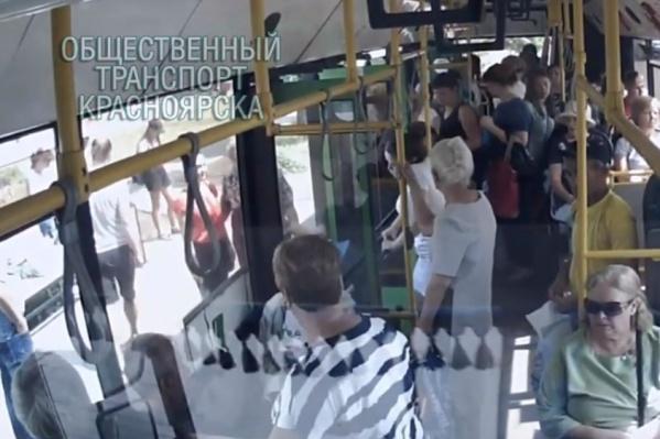 Женщина выходила из автобуса, не выпуская телефон из рук<br>