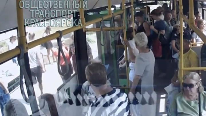За историю, где женщина уронила ребенка при выходе из автобуса, взялись полицейские