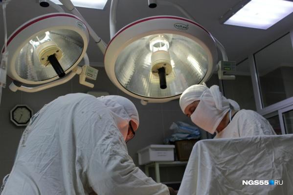 Пластическая операция может длиться несколько часов, и всё это время врачи и анестезиологи следят за состоянием пациента