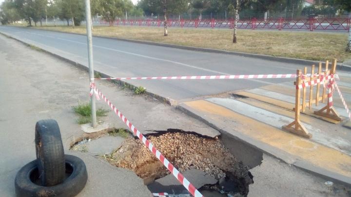 В Ярославле прорвало трубы и размыло дорогу