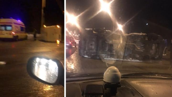 Подробности ДТП на Октябрьском мосту: пассажирку микроавтобуса увезли в больницу