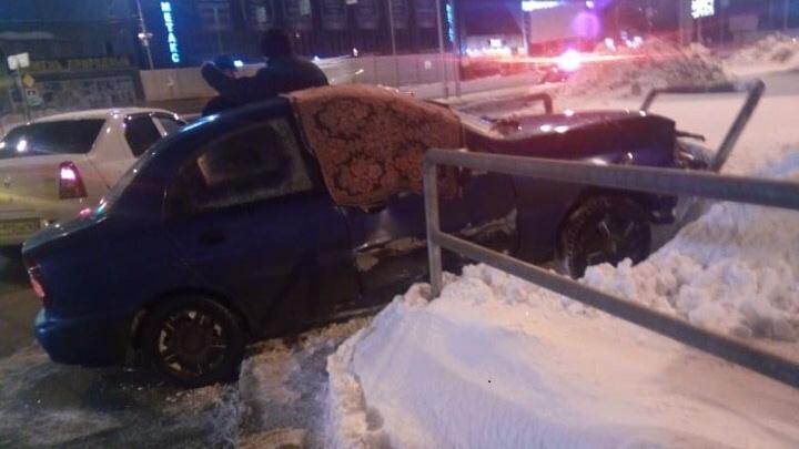 Закрыли выбитое стекло ковром: в Самаре ищут свидетелей аварии с участием Lexus иChevrolet Lanos