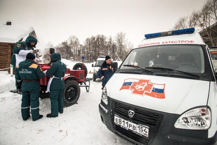 Сегодня около купелей дежурят спасатели и врачи на случай, если окунающимся в прорубь станет плохо