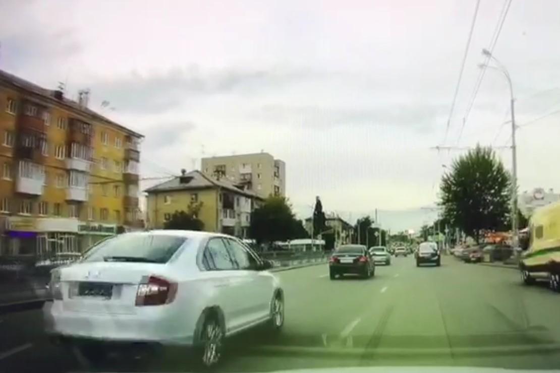 Момент, когда замигал зелёный: до светофора ещё метров 100