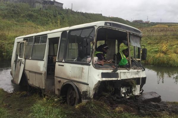 Автобус упал в кювет