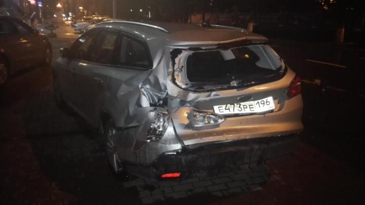Ночью на Ленина BMW снес три припаркованные иномарки
