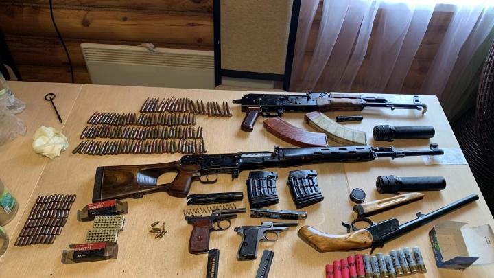 Пистолеты, ружья и глушитель: сотрудники ФСБ нашли у жителя Самары схрон оружия