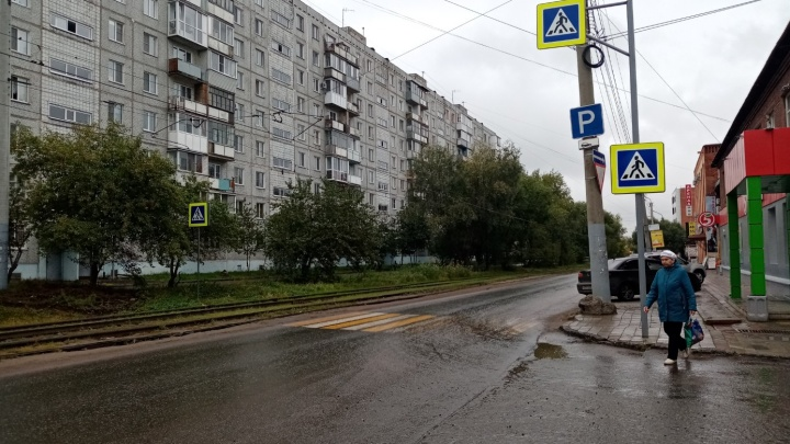 В Омске появился переход, который упирается в газон. В мэрии объяснили, в чём дело