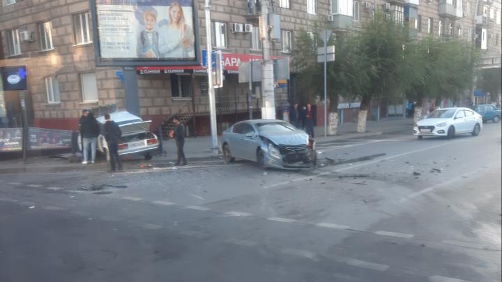 Не спасли даже светофоры: на опасном перекрестке в центре Волгограда «семерка» протаранила забор