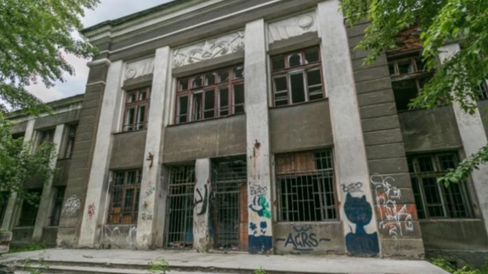 Из заброшенной школы на Уралмаше, на которой рисовали скелетов-пионеров, собираются сделать детсад