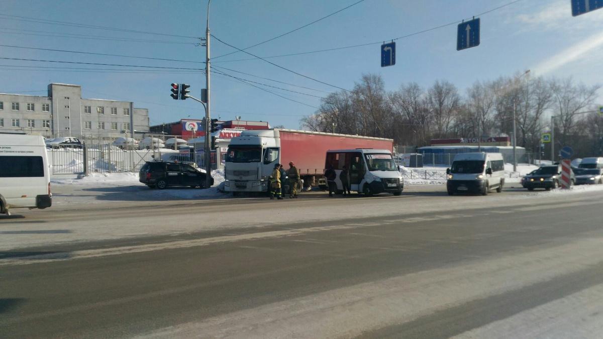 Авария случилась недалеко от остановки «Храм Михаила Архангела»