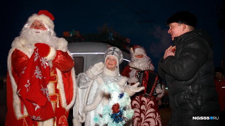 Омичей на остановках весь вечер поздравляли три Деда Мороза и Снегурочка