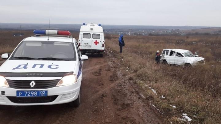 Супруга водителя погибла на месте: в Башкирии с дороги слетел «УАЗ-Патриот»