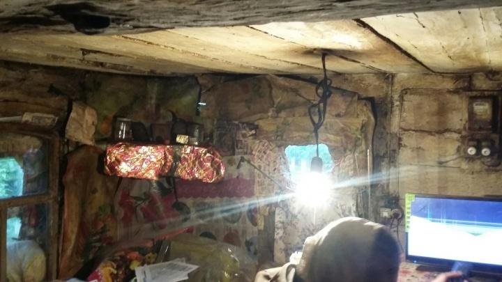 В Башкирии одинокая пенсионерка выживает в «землянке»