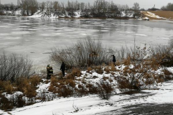 Вот на такой непрочный лед не побоялся выйти рыбак