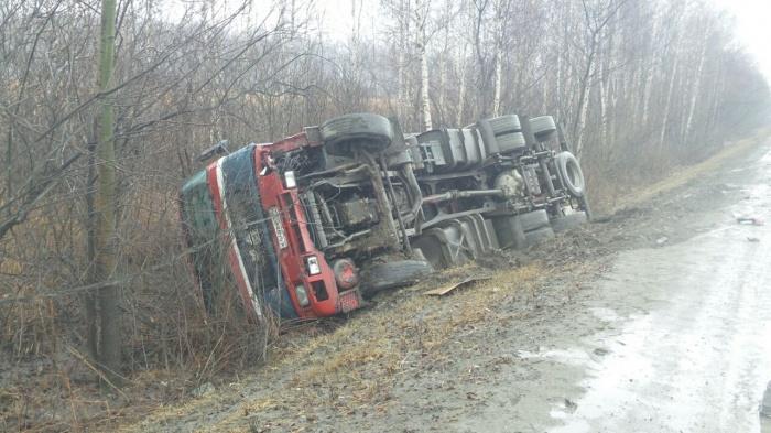 Фура слетела с дороги после удара