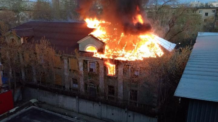 В Екатеринбурге рядом с генконсульством Китая загорелся заброшенный дом