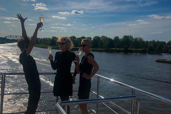 Рената Литвинова поделилась кадром с празднования. Судя по всему, День рождения удался