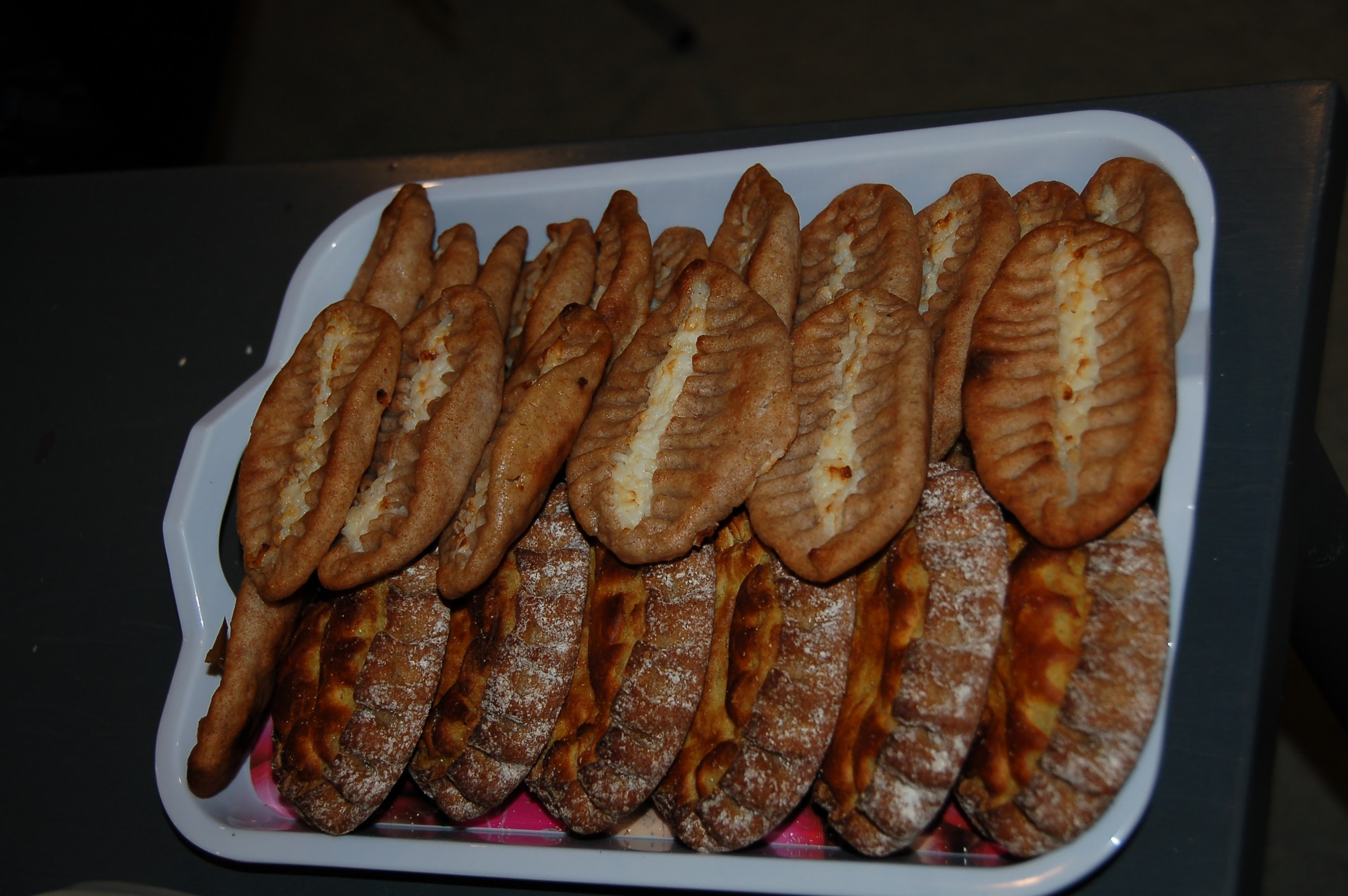 Карельские пирожки — главный перекус: обычно с рисом, сверху можно намазать маслом или смесью масла и варёного яичного желтка<br>