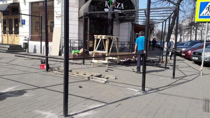 «Мама с коляской не пройдёт»: улицу Кирова застроили летними кафе