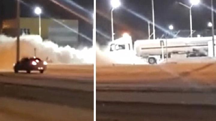 Ночью на автозаправке в Омске произошла утечка газа. Дорогу рядом затянуло пеленой