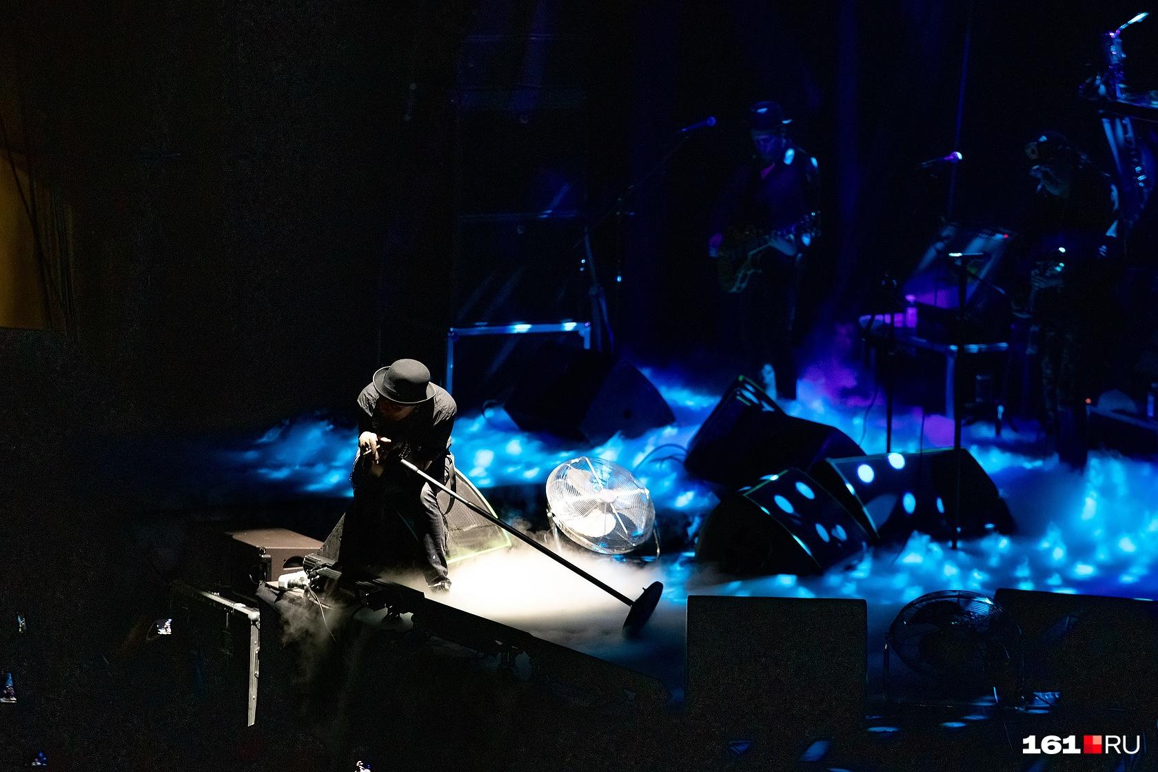 Сукачев исполнил лирические песни, сидя на краю сцены