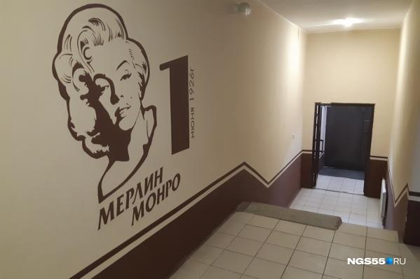 На первом этаже нас встречает Мерилин Монро