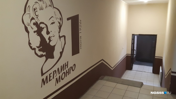 Омский художник украсил подъезд портретами Мерилин Монро и Элвиса Пресли