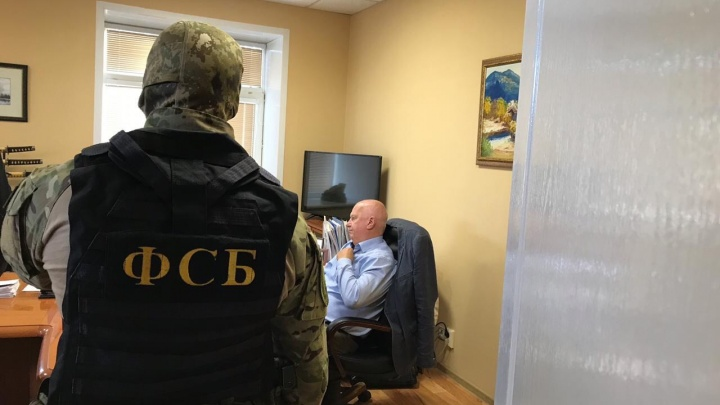 Задержали в кабинете: ФСБ взяла бизнесмена, подозреваемого в хищении сотен миллионов из бюджета