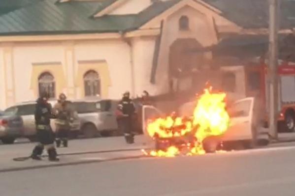Автомобиль вспыхнул, когда двигался по улице Челюскинцев в сторону вокзала