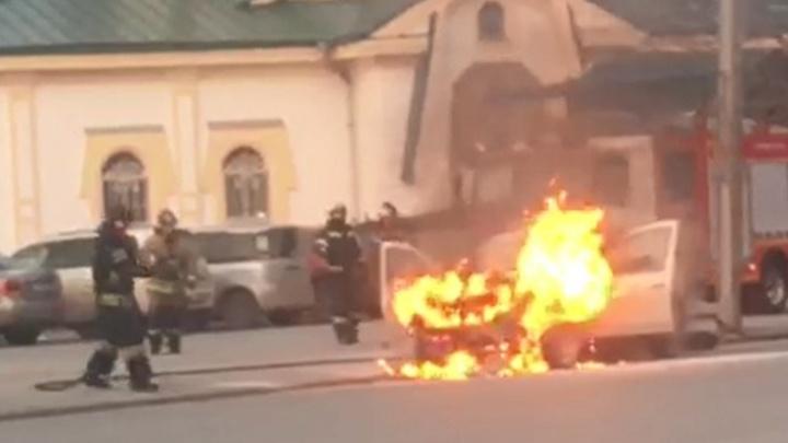 На Челюскинцев у цирка прямо во время движения загорелось такси