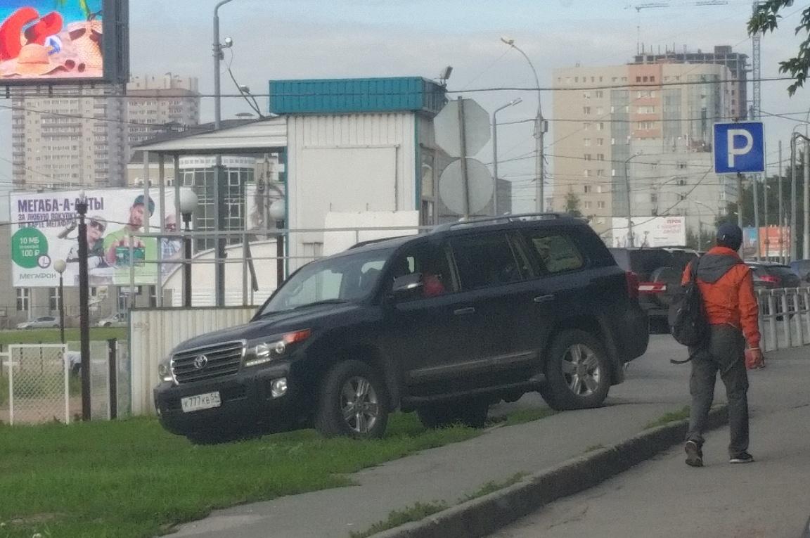 «Я паркуюсь как чудак»: Jaguar ННН получил по стеклу