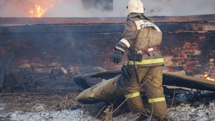 «Сгорела даже обувь»: в Волгоградской области пожар оставил без жилья семью школьного учителя