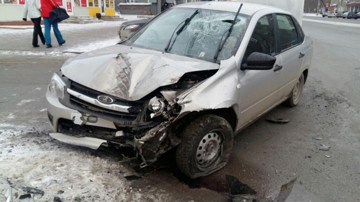 Водитель Mitsubishi Outlander врезался в LADA Granta и отправил её в столб