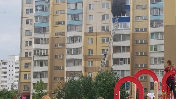 Подогнали автолестницу, приехала скорая: в Чурилово загорелась квартира на восьмом этаже