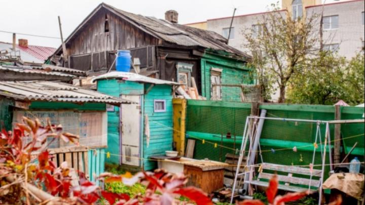 Уличный душ и резные наличники: как живут в деревенских домах под окнами новостроек