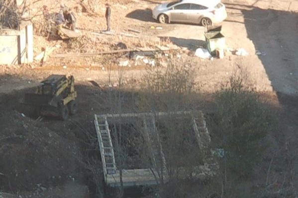 Неизвестные люди залили на участке бетонный фундамент