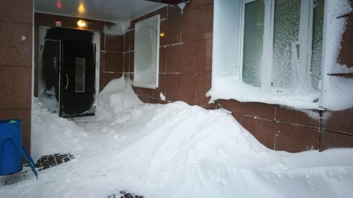 Улицы и дворы Красноярска замело сугробами: почему спецтехники нет на дорогах