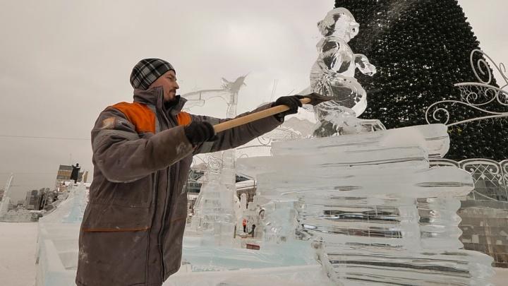 Голову Айболиту снесли кувалдой: смотрим, как разрушают ледовый городок в центре Екатеринбурга
