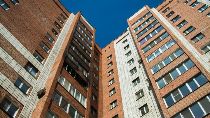 В многоэтажке на Химиков из-за холодильника пламя охватило балкон
